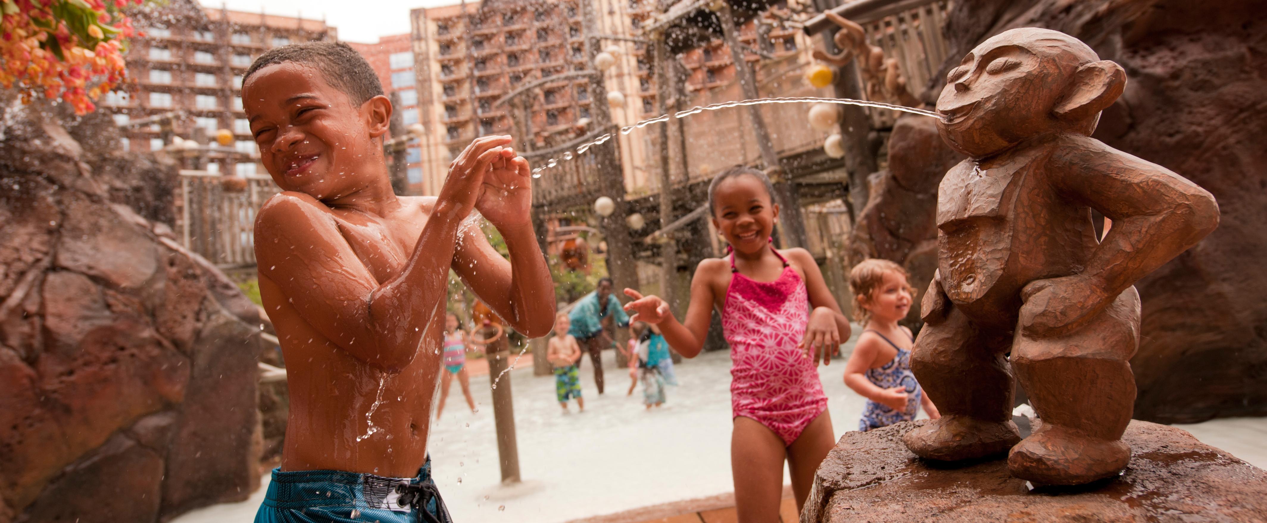 アウラニ・リゾートのプール・エリアにあるメネフネ・ブリッジで遊ぶ子供たち