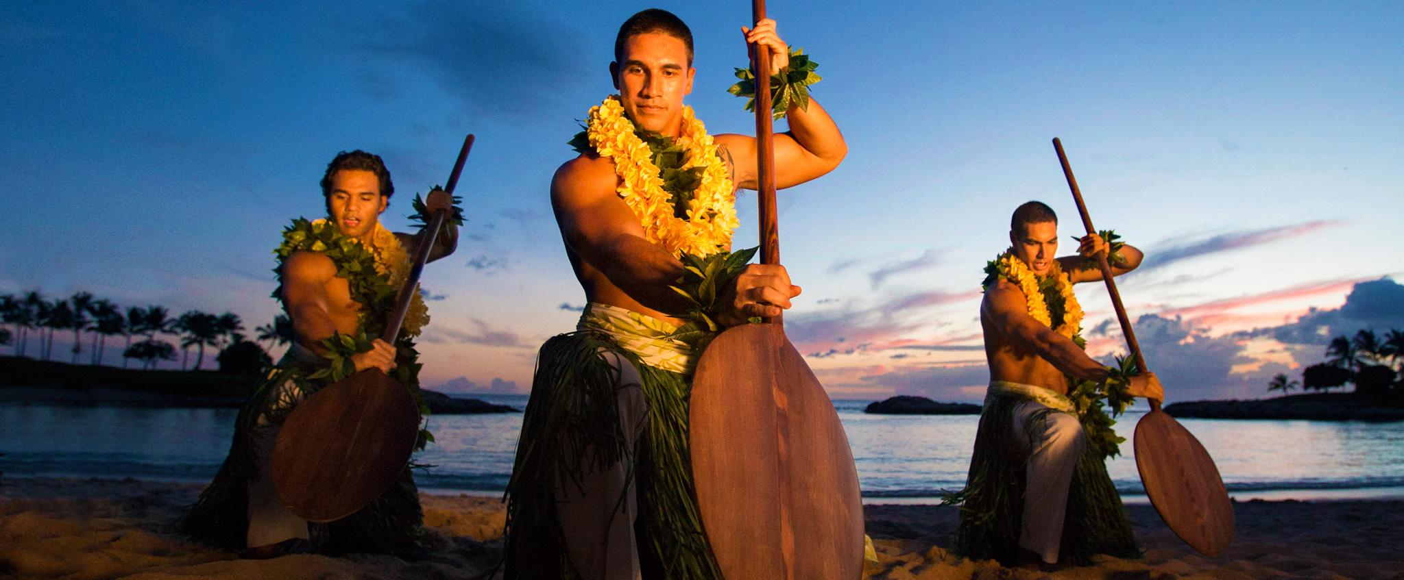 アウラニのビーチでパフォーマンスをするハワイアン・ダンサー