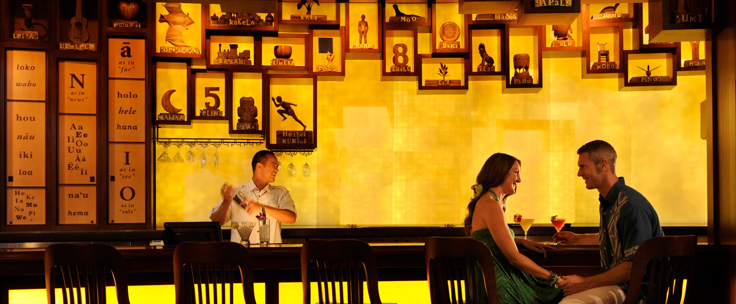 目の前で照らし出される言葉を楽しみながら、パイナップル・パパイヤ・コスモなどのオリジナルカクテルをお召し上がりください。