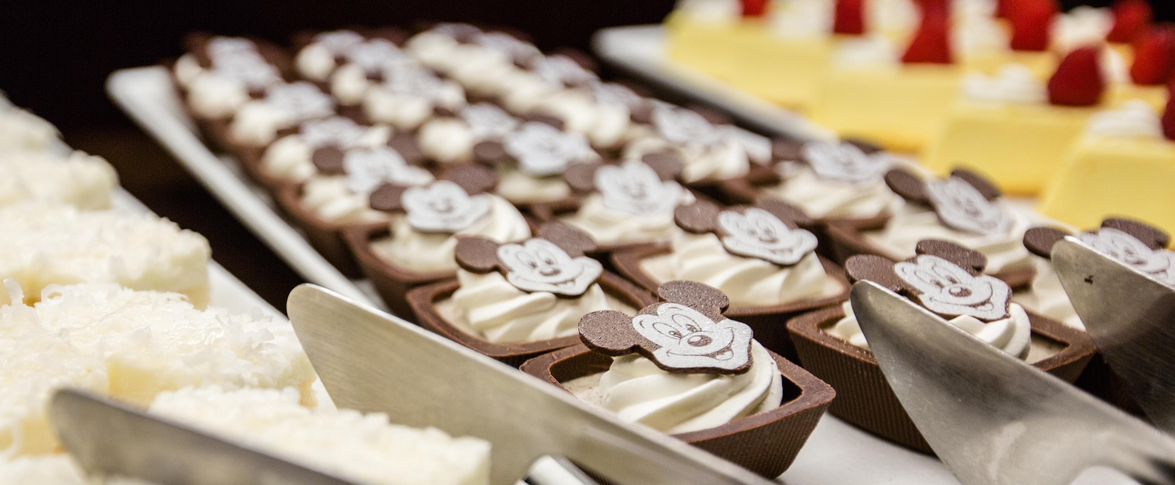 中にホワイトクリームが入った四角いチョコレートが並び、その上にチョコレートでできたミッキーの顔が飾りつけられている様子
