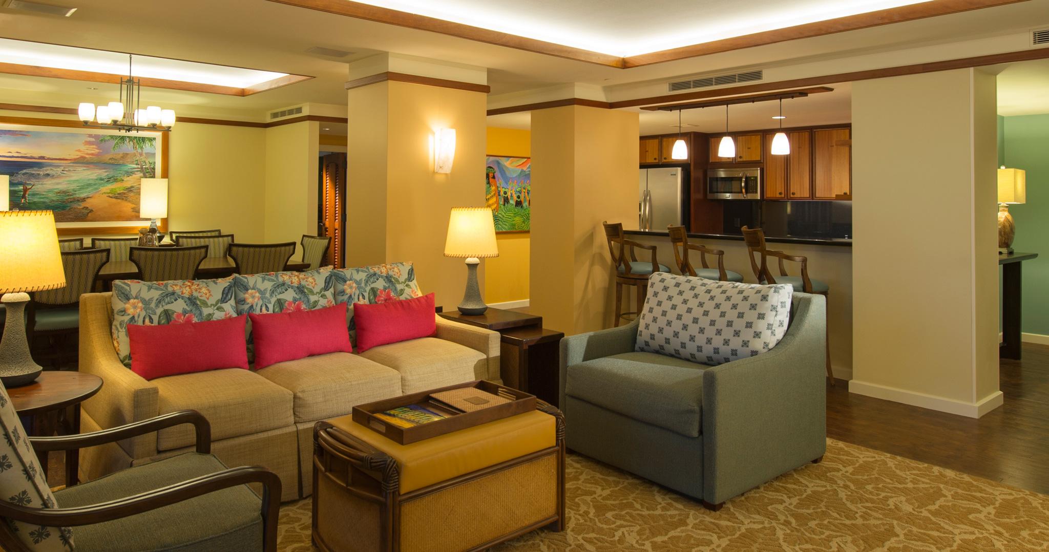 アウラニの 3 ベッドルーム・グランド・ヴィラのリビングエリアとバルコニー