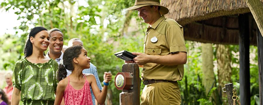 Une famille profite de la facilité d'utilisation des bracelets MagicBand pour accéder à l'attraction JungleCruise.